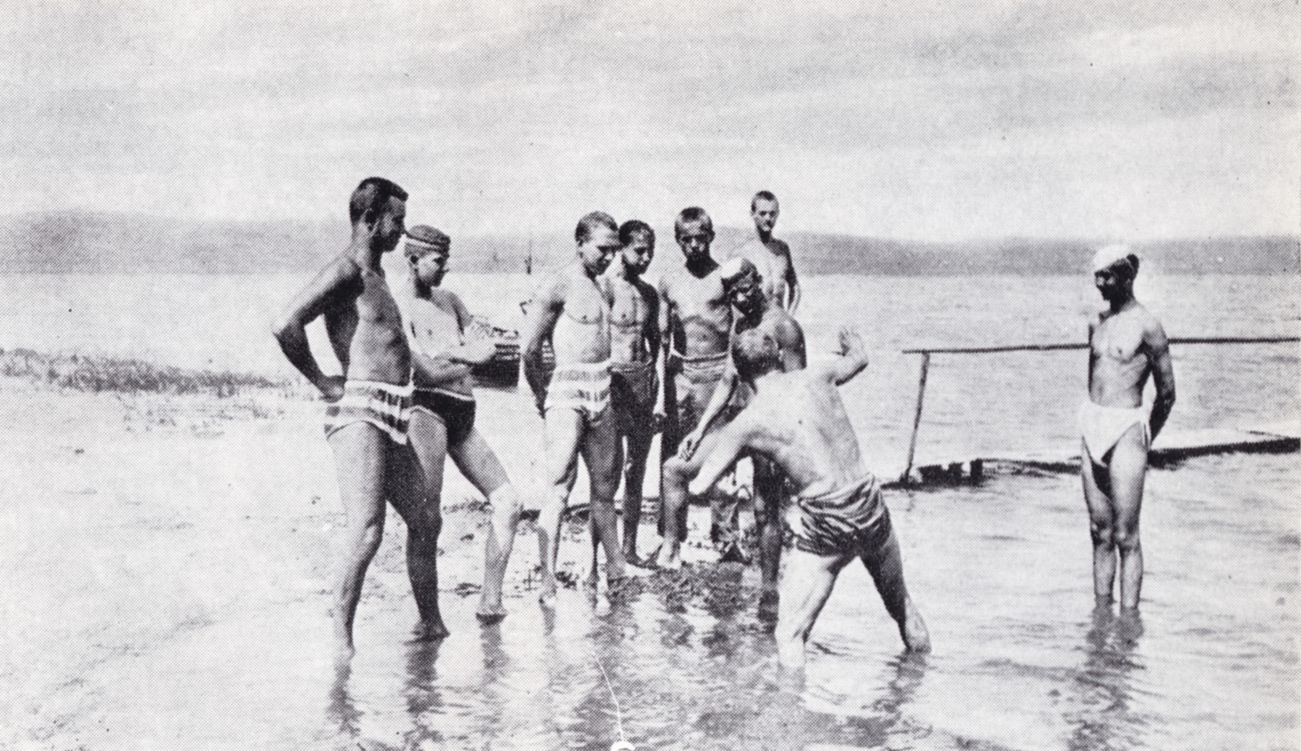 """1895-ben a Balatonnál a """"magyar tempó"""" úszóstílust gyakorolják későbbi kiváló sportolók. Balról a második Speidl Zoltán, mellette a későbbi olimpiai bajnok Hajós Alfréd"""