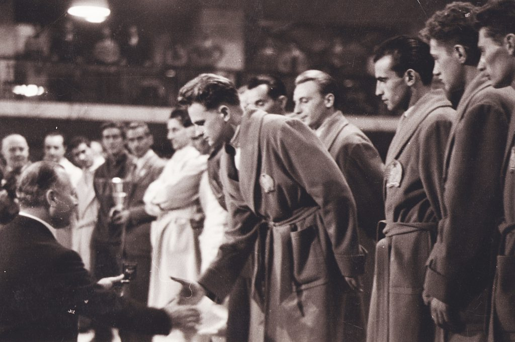 Marosi Józsefnek, a Budapesti Haladás kiválóságának átadják a csapatban elért ezüstérmet, tőle balra Gyuricza József (1955 Vívó Világbajnokság – Róma)