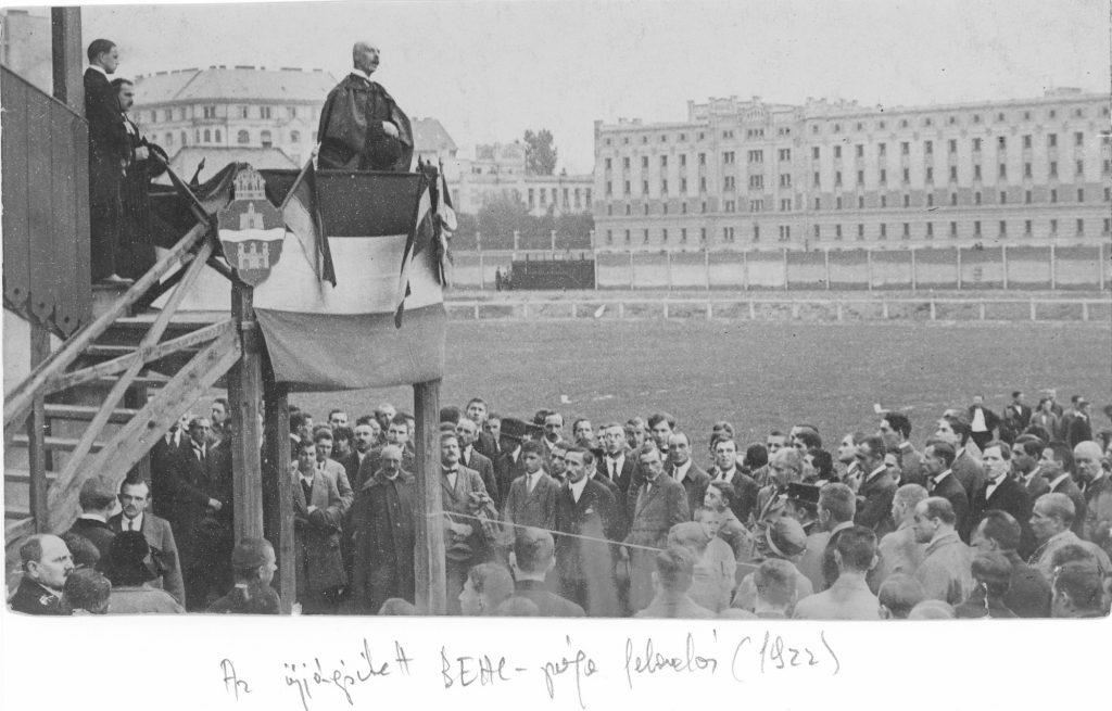 Az újjáépített BEAC-pálya 1922-es felavatása (háttérben a Lágymányosi-dohánygyár épülete)