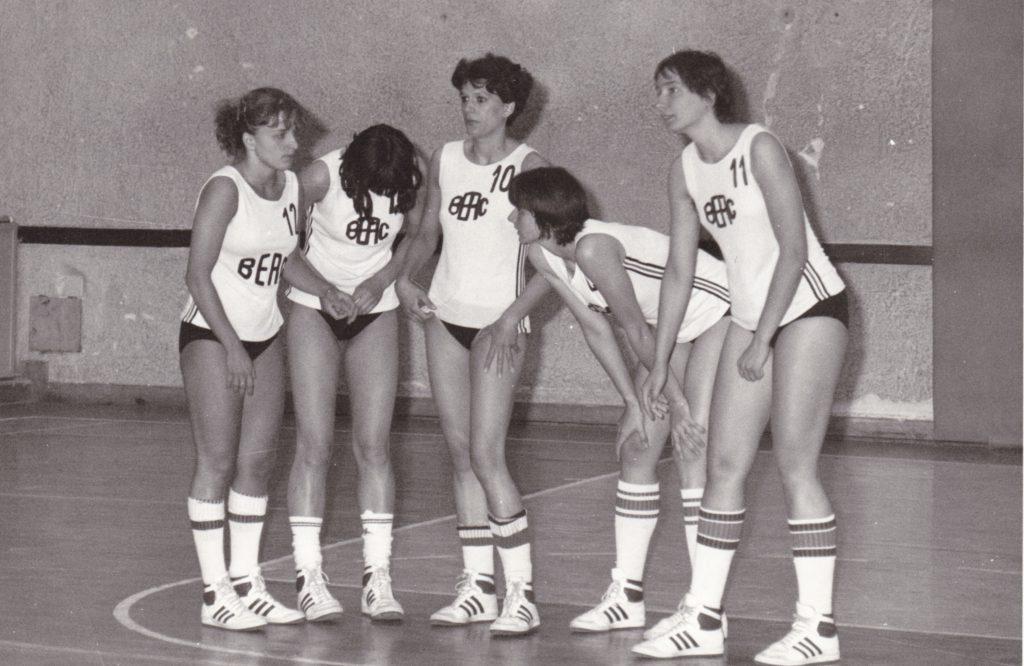 Az 1985/86-os bajnokság kezdő ötöse: Glaser Zsuzsanna, Bíró Anikó, Mátay Enikő, Faragó Gyöngyi, Scheuring Éva