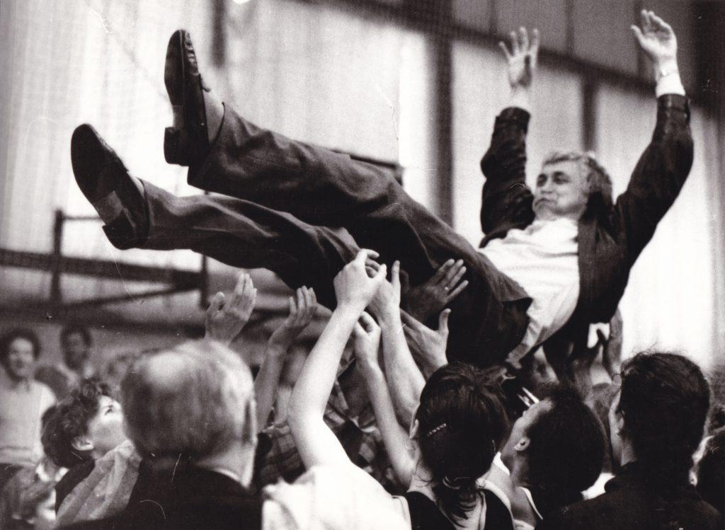 Buttás Pál a levegőben miután a BEAC női kosárlabda csapata megnyerte az 1989/90-es magyar bajnokságot